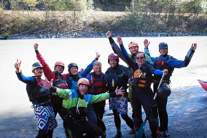 Das Team der Aktiven Klassenfahrt am Rafting Einstieg in Tirol